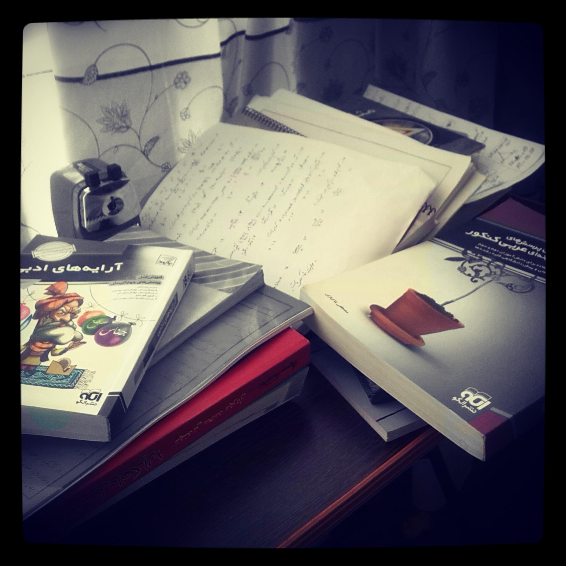 میز مطالعه بهم ریخته :)